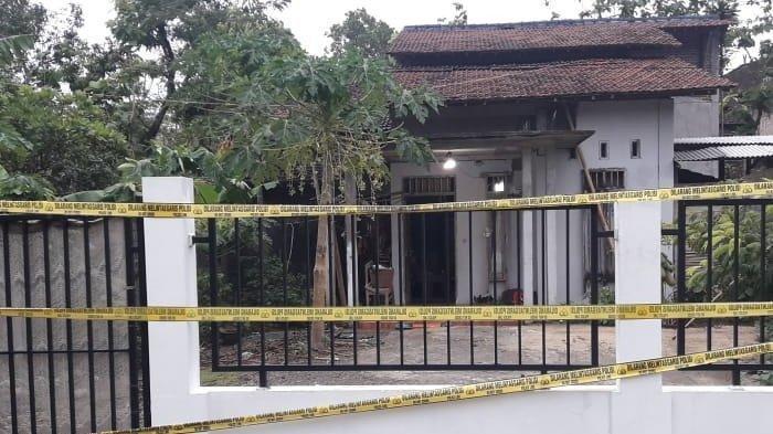 Rumah W, ibu yang ajak dua anaknya bunuh diri di Desa Bakalan, Wonogiri, dipasangi garis polisi.