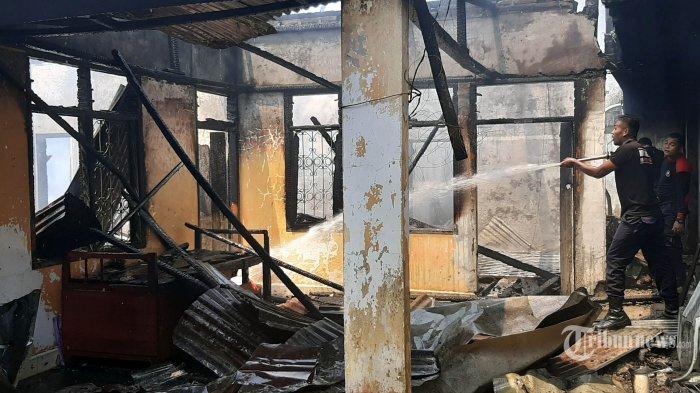 Petugas pemadam menyemprot air ke titik api yang membakar dua rumah permanen di Gampong Baroh Yaman, Kecamatan Mutiara, Pidie, Selasa (30/7/2019). Api yang membakar hangus rumah milih wartawan Serambi Indonesia  dan mobil miliknya baru berhasil dipadamkan pada pukul 03.00 WIB setelah mobil pemadam kebakaran tiba di lokasi. SERAMBI INDONESIA/M NAZAR