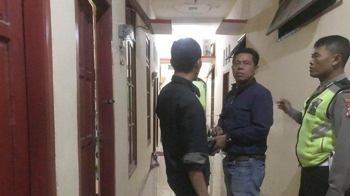 Polisi menggeledah rumah kos pelaku penyerangan Polsek Wonokromo, Imam Mustofa (31) di Sidosermo VI Gang I No 10A Wonokromo, Surabaya.