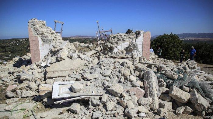 Sebuah foto menunjukkan sebuah rumah yang hancur setelah gempa bumi, di desa Arkalochori di pulau Kreta, Yunani pada 27 September 2021.
