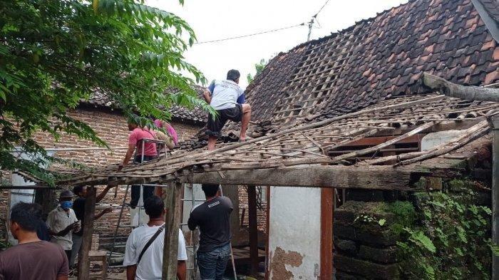 Rumah yang nyaris roboh di Ponorogo akibat gempa.