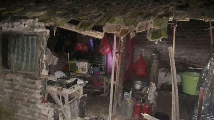 Rumah yang sebagian ambruk karena gempa di Pandeglang, Banten