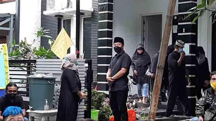 Suasana di rumah duka ibunda Denny Cagur jenazah Eny Sumatni. Jenazah disemayamkan di kediamannya di kawasan Radar Auri, Cimanggis, Depok, Jawa Barat.