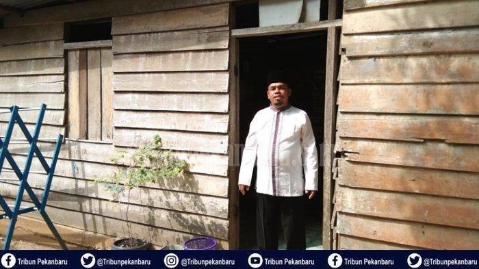 Rusli, anggota DPRD Kabupaten Rokan Hulu. Ia terpilih menjadi anggota dewan meskipun tidak mengeluarkan modal dan tinggal di rumah berdindingkan papan yang sudah reot. Tribun Pekanbaru/Nasuha Nasution