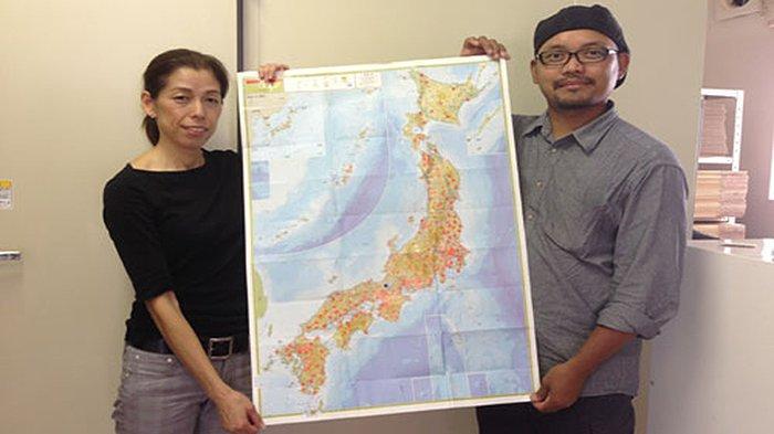 Rustono (kanan) dan istrinya Tsuruko Kuzumoto (kiri) memperlihatkan peta penyebaran tempe produksinya ke seluruh area di Jepang.