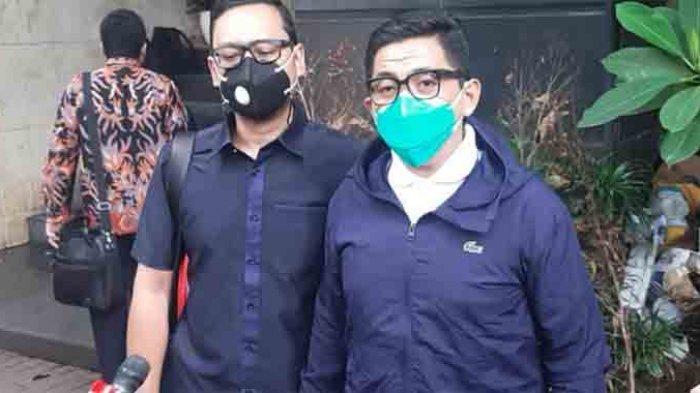 Sandy Arifin dan Toddy Lagabuana, tim kuasa hukum Gisella Anastasia saat mendatangi Polda Metro Jaya, Semanggi, Jakarta Selatan, Kamis (21/1/2021) menyerahkan surat permohonan ketidak hadiran wajib lapor. (ARI)