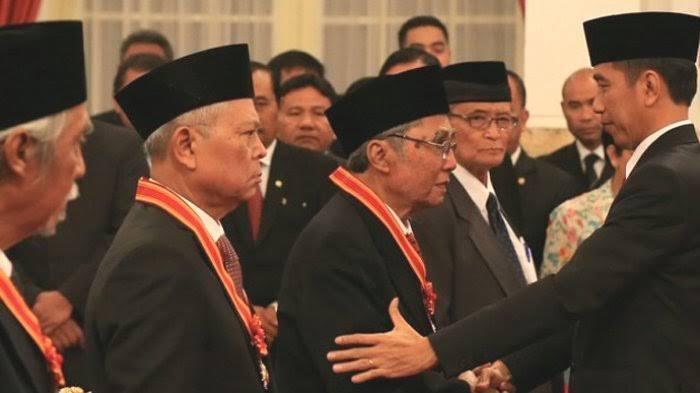 Sabam Sirait menerina anugerah Bintang Utama Mahaputra dari Presiden Joko Widodo.