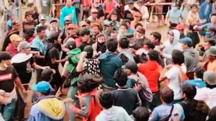Viral Video Puluhan Warga Terlibat Perkelahian, Ternyata Gara-gara Kalah Taruhan di Judi Sabung Ayam