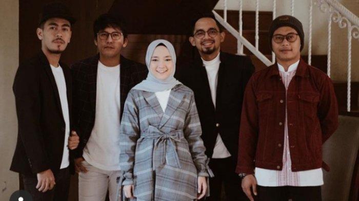 Nissa, vokalis Band Sabyan Gambus, berpose bersama para personal Sabyan Gambus.