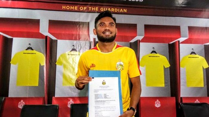 Saddil Ramdani saat memamerkan tanda tangan kontrak dengan Bhayangkara FC di Mess Bhayangkara FC, Jakarta, Sabtu (8/2/2020)