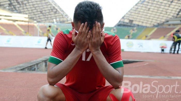 Pemain Timnas U-22, Saddil Ramdani ketika sedang berdoa dalam persiapan melawan Kamboja pada partai penentuan menuju semifinal SEA Games 2017.