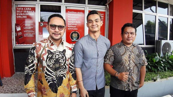 Agung Saga didampingi tim kuasa hukumnya, Andre Nusi (kiri) di Rutan Cipinang, Jakarta Timur, Rabu (7/10/2020). (ARI).