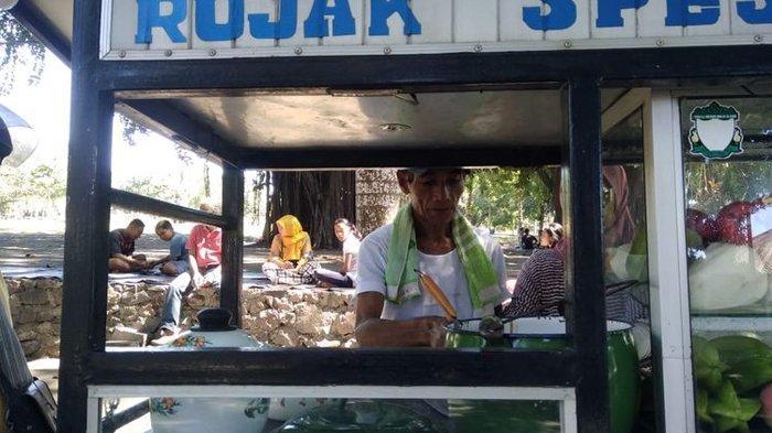 Bahagianya Sahyun Sang Penjual Rujak Bisa Berangkat Haji Bersama Istri, Tiap Hari Nabung Rp 5.000