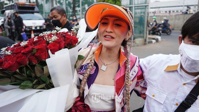 Pedangdut Indah Sari mendatangi LP Kelas I Cipinang, Jakarta, untuk menyambut kebebasan Saipul Jamil, Kamis (2/9/2021). Saipul Jamil bebas murni setelah menjalani hukuman pidana penjara terkait kasus pencabulan dan kasus suap. TRIBUNNEWS/HERUDIN