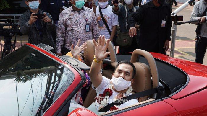 Saipul Jamil disambut keluarga dan kerabat keluar dari LP Kelas I Cipinang, Jakarta, Kamis (2/9/2021). Saipul Jamil bebas murni setelah menjalani hukuman pidana penjara terkait kasus pencabulan dan kasus suap. TRIBUNNEWS/HERUDIN