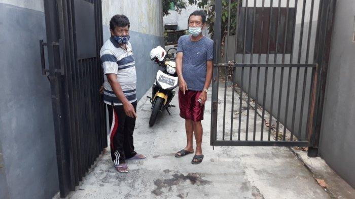 Saksi mata kejadian, Zul Zetri (kiri) saat menunjukkan ceceran darah Anah (41) akibat jadi korban penembakan di Ciracas, Jakarta Timur, Jumat (26/3/2021). (TRIBUNJAKARTA.COM/BIMA PUTRA)