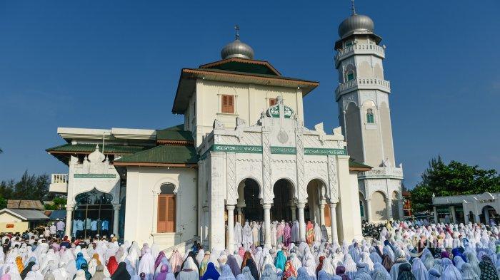 Umat Islam melaksanakan Shalat Gerhana Matahari di Masjid Baiturrahim, Ulee Lheue, Banda Aceh, Rabu (9/3/2016).
