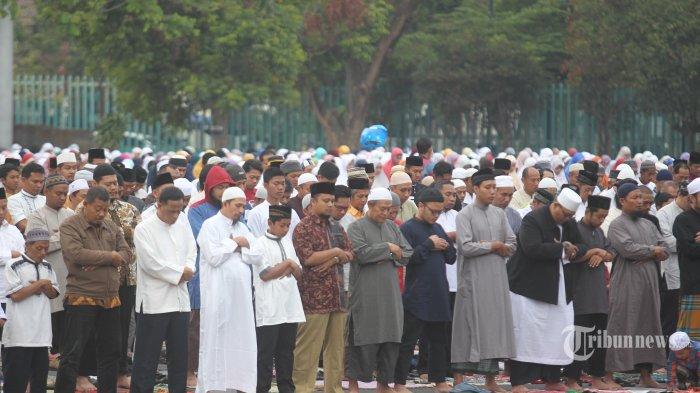 Umat muslim yang menamakan diri Komunitas Rindu Islam (KORI) melaksanakan solad Idul Adha di lapangan parkir stadion Mandala Krida, Kota Yogyakarta, Selasa (21/8/2018). Menurut penyelenggara pelaksanaan salat Idul Adha yang dilaksanakan pada Selasa (21/8) ini mengacu pada pelaksanaan ibadah haji di Arab Saudi. (TRIBUN JOGJA/HASAN SAKRI)
