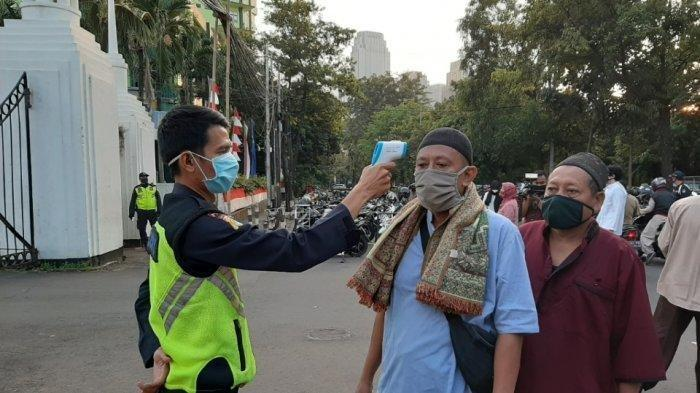 Setiap Jemaah yang Salat Idul Adha di Masjid Agung Al Azhar Jakarta Dicek Suhu Tubuhnya