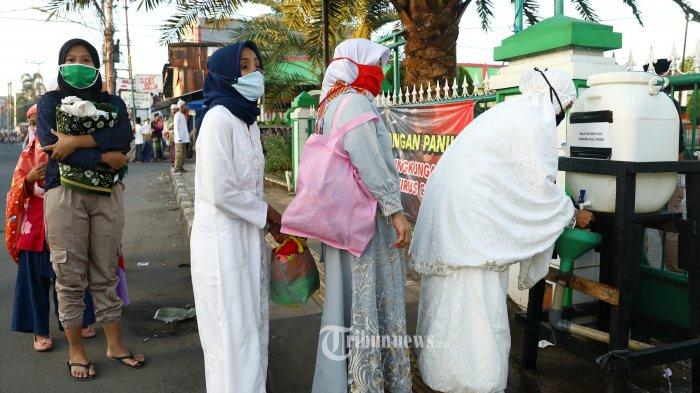 Warga mencuci tangan sebelum mengikuti Salat Idul Fitri 1441 H di Masjid Al Istiqomah, Tangerang Selatan, Banten, Minggu (24/5/2020). Pelaksanaan salat dilakukan dengan menerapkan protokol kesehatan guna mencegah penyebaran Covid-19.