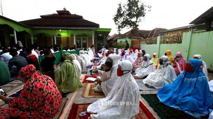 Jemaah mendengarkan khutbah seusai melaksanakan salat Idulfitri 1441 H berjamaah di halaman Masjid Nashrulloh, Kampung Bojongpeundeuy, Desa Cangkuang, Kecamatan Rancaekek, Kabupaten Bandung, Minggu (24/5/2020).