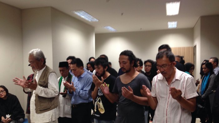 Erwin Gutawa dan Anto Hoed Ikut Shalatkan Yockie Suryo Prayogo di Rumah Duka