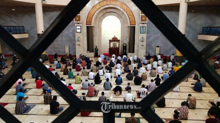 Umat muslim akan melaksanakan salat jumat berjamaah di Masjid Raya Bandung Provinsi Jawa Barat, Jalan Asia Afrika, Kota Bandung, Jawa Barat, Jumat (2/7/2021). Pelaksanaan salat jumat berjamaah di masjid ini merupakan yang terakhir jelang diterapkannya  Pemberlakuan Pembatasan Kegiatan Masyarakat (PPKM) Darurat Jawa - Bali, diantaranya menutup sementara aktivitas keagamaan di tempat ibadah dari 3 - 20 Juli 2021. (TRIBUN JABAR/GANI KURNIAWAN)
