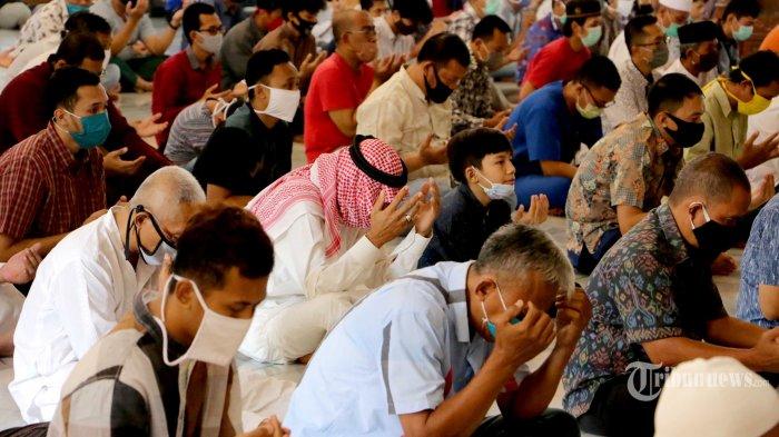 Seratusan jemaah mengikuti ibadah Salat Jumat pertama di Masjid Al-Wali LDII, di Jalan Fatmawati, Sendangmulyo, Kecamatan Tembalang, setelah hampir tiga bulan sejumlah masjid dan tempat ibadah lainnya di Kota Semarang, Jawa Tengah, ditutup sementara untuk mencegah penularan virus corona (Covid-19), Jumat (12/6/2020). Takmir masjid juga melakukan penyemprotan disinfektan pada pagi hari meliputi area dalam masjid dan luar masjid. Takmir hanya membatasi jumlah jemaah maksimal 100 orang dari kapasitas masjid yang bisa menampung ribuan jemaah. Protokol kesehatan dilakukan ketat sejak masuk masjid yaitu hanya membuka satu pintu untuk keluar masuk jemaah. Jemaah yang datang wajib menggunakan masker lalu diperiksa suhu tubuhnya dan memakai hand sanitizer sebelum memasuki ruangan. Di dalam masjid disiapkan tanda dari selotip sebagai penanda jarak antar jemaah. Tribun Jateng/Hermawan Handaka