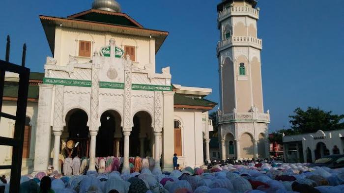Sakral dan kusuknya warga Aceh yang salat kusuf berjamaah di Masjid Baiturrahim, Ulee Lheu, Banda Aceh, Rabu (9/3/2016 ) dalam rangka menyambut fenomena gerhana matahari.