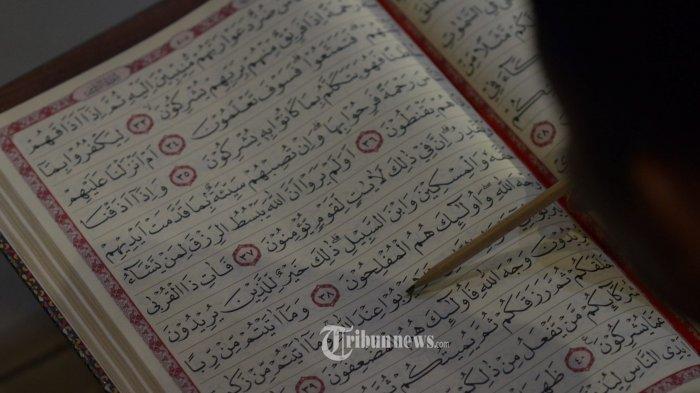 I'TIKAF - Umat muslim membaca Al Quran saat I'tikaf di Masjid Al Akbar, Rabu (6/6) dini hari. Menginjak malam 21 Ramadan, Masjid Al Akbar menggelar acara ibadah qiyamul lail, untuk memperoleh berkah lailatul qadar. SURYA/AHMAD ZAIMUL HAQ