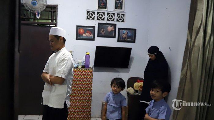 Umat Islam melakukan salat tarawih di rumahnya di kawasan Jatinegara, Jakarta Timur, Senin (4/5/2020). Sebagian warga di Jakarta melaksanakan ibadah shalat tarawih di rumah masing-masing mengikuti imbauan pemerintah terkait Pandemi COVID-19.