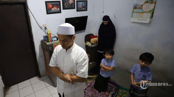 Di tengah pandemi corona di Indonesia, MUI mengeluarkan fatwa mengenai shalat idul fitri di rumah yang bisa dilaksanakan sendiri maupun berjamaah.