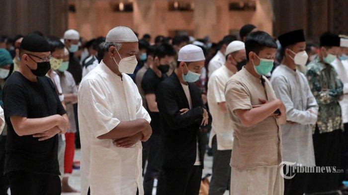 Umat Islam melaksanakan Salat Tarawih berjemaah di Masjid Istiqlal, Jakarta Pusat, Senin (12/4/2021). Pengurus Masjid Istiqlal menggelar Salat Tarawih berjemaah pada bulan Ramadan 1442 H dengan pembatasan 30 persen jemaah dari kapasitas masjid dan menerapkan protokol kesehatan. Tribunnews/Irwan Rismawan