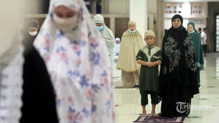 Umat muslim menjalankan Salat Tarawih di Masjid Raya, Kota Makassar, Sulawesi Selatan, Senin (12/4/2021) malam. Pemerintah melalui Kementerian Agama telah menetapkan awal puasa atau 1 Ramadan 1442 Hijriah jatuh pada Selasa, 13 April 2021 dan mengizinkan menggelar Salat Tarawih secara berjemaah dengan menerapkan protokol kesehatan serta jumlah jemaah tidak boleh lebih 50 persen dari total kapasitas masjid. Tribun Timur/Sanovra Jr