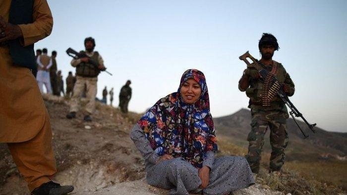 Sosok Gubernur Wanita Pertama Afghanistan Ditangkap Taliban, Selain Ngantor Terkadang Ikut Perang