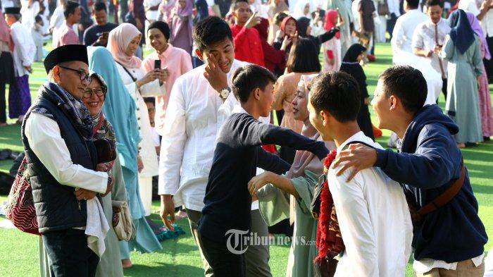 Salah satu keluarga muslim saling maaf memaafkan seusai melaksanakan salat ied pada Hari Raya Idulfitri 1440 H di Taman Alun-Alun Masjid Raya Bandung Provinsi Jawa Barat, Jalan Asia Afrika, Kota Bandung, Rabu (5/6/2019). Seusai melaksanakan salat Idulfitri 1440 H, mereka bersilaturahmi ke sanak keluarga dan melakukan ziarah kubur ke makam anggota keluarga yang sudah meninggal untuk mendoakan. (TRIBUN JABAR/GANI KURNIAWAN) (TRIBUN JABAR/TRIBUN JABAR/GANI KURNIAWAN)