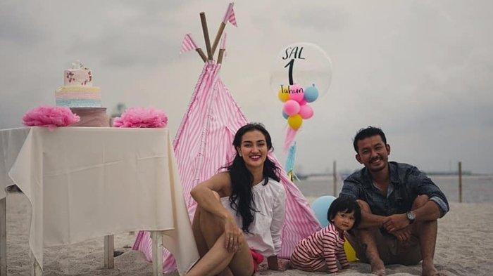 12 Momen Seru Ulang Tahun Pertama Baby Sal, Putri Atiqah Hasiholan dan Rio Dewanto