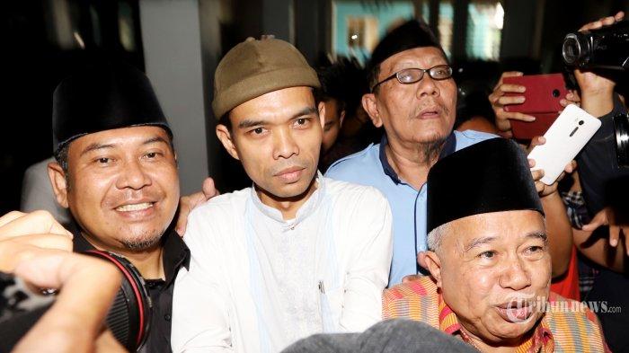 Ustaz Abdul Somad saat tiba di gedung Majelis Ulama Indonesia (MUI) untuk menghadiri undangan para petinggi MUI di Gedung MUI Pusat, Jakarta Pusat, Rabu (21/8/2019). MUI mengundang Ustadz Abdul Somad (UAS) dalam rangka klarifikasi atau tabayyun atas videonya yang belakangan viral. Tribunnews/Jeprima