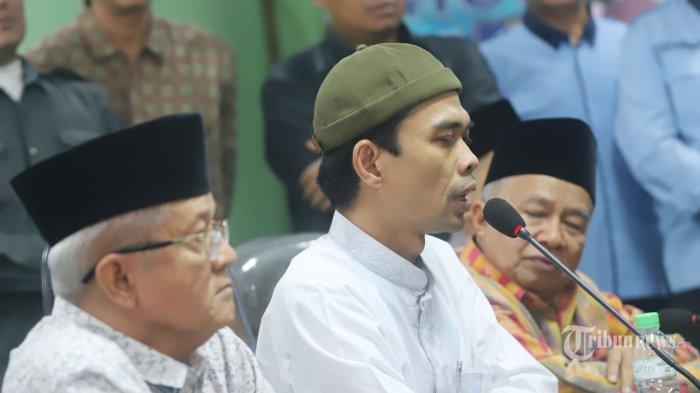 Ustaz Abdul Somad (tengah) bersama Sekertaris Jenderal Majelis Ulama Indonesia (MUI) Anwar Abas (kiri) dan Ketua MUI Bidang Hubungan Luar Negeri dan Kerjasama Internasional Muhyiddin Junaidi (kanan) saat memberikan keterangan kepada media di Gedung MUI Pusat, Jakarta Pusat, Rabu (21/8/2019). (Tribunnews/JEPRIMA)