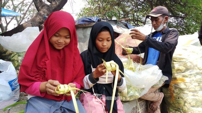 KULIT KETUPAT -  Jelang perayaan hari Idul Adha 1441 H, penjual kulit ketupat mulai bermunculan seperti terlihat di Jalan TMP.Taruna, Kota Tangerang, Rabu (29/7/2020). Kulit ketupat yang terbuat dari jalinan daun kelapa muda ini dipergunakan untuk memasak hidangan ketupat yang menjadi menu khas saat merayakan lebaran. WARTA KOTA/NUR ICHSAN