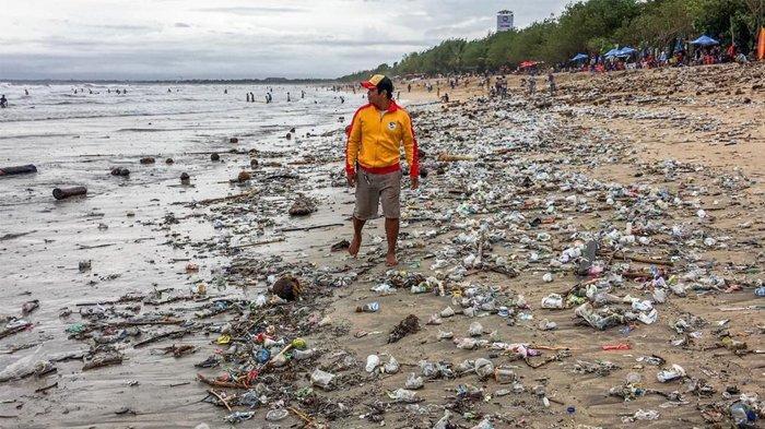 Sampah-sampah di Pantai Kuta di tanggal 21 Januari 2018