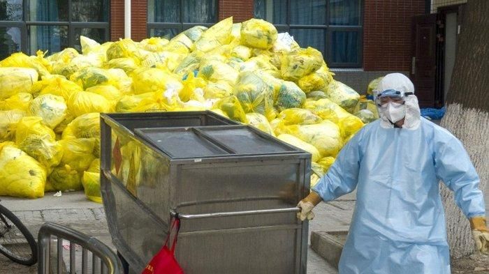 Tumpukan limbah medis di Wuhan Union Hospital, Hubei, China.