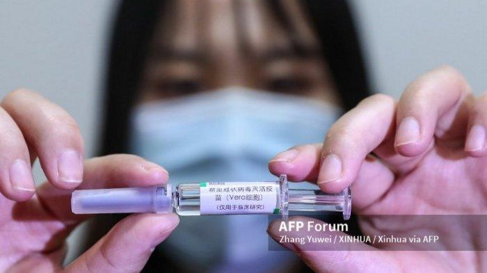 Seorang staf menampilkan sampel vaksin Covid-19 yang tidak aktif di pabrik produksi vaksin China National Pharmaceutical Group Co., Ltd. (Sinopharm) di Beijing, ibukota China, 10 April 2020.
