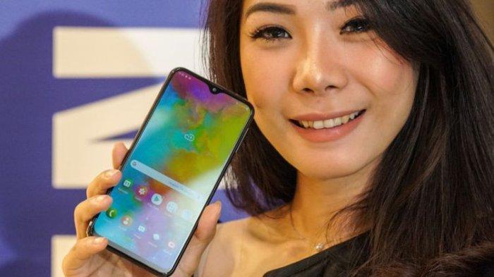 Model memamerkan smartphone Samsung Galaxy M20 dalam acara unboxing di Jakarta, Senin (11/2/2019).