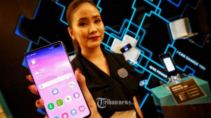 Model menunjukkan samrtphone seri terbaru Samsung di Indonesia, Galaxy S10, saat peluncurannya di Jakarta, Rabu (6/3/2019). Kehadiran seri terbaru Samsung Galaxy S10 mepertegas posisinya sebagai pemimpin inovasi di industri smartphone, seri flagship ini hadir dengan pembaruan berupa lompatan teknologi kamera, layar penuh dan performa kuat, untuk kesempurnaan gaya hidup next generation. Kehadiran Galaxy S10 sekaligus menandai inovasi Samsung  untuk 10 tahun mendatang. TRIBUNNEWS/HO