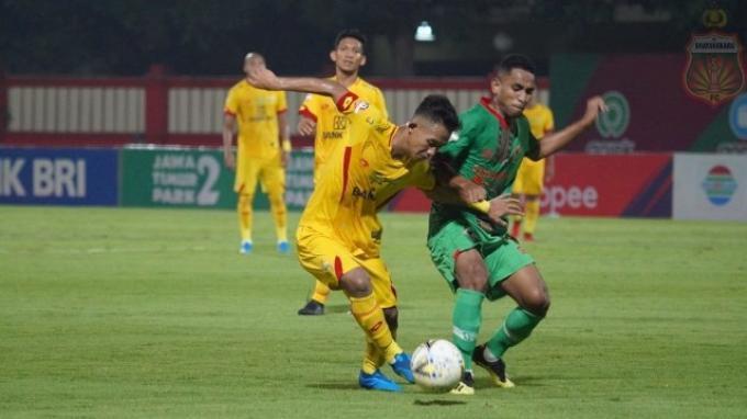 Sani Rizki saat berebut bola dengan pemain Kalteng Putra di Stadion PTIK, Jakarta, Senin (16/12/2019).