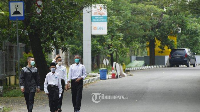 RAPID TEST - Sejumlah santri Pondok Pesantren Gontor Darussalam Kalianda berjalan untuk menjalani Rapid Test di Rumah Sehat COVID-19 di Palembang, Sumatera Selatan, Senin (13/4/2020). Sebanyak 438 santri dan santriwati Pondok Modern Darussalam Gontor asal Sumatera Selatan tersebut mulai hari ini secara bertahap tiba di Kota Palembang dan menjalani rapid test di Rumah Sehat COVID-19 JSC Palembang.TRIBUN SUMSEL/ABRIANSYAH LIBERTO