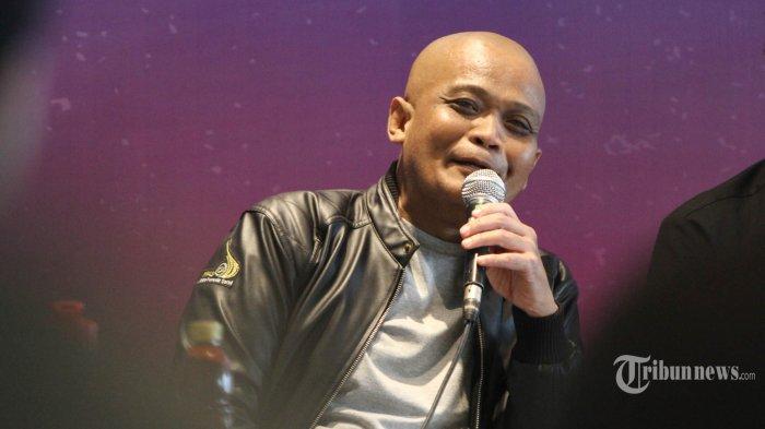 Komedian Sapri ditemui disela-sela menjadi nara sumber pada konferensi pers di kawasan Epicentrum, Jakarta, Rabu (12/11/2018). Komedian berkepala plontos yang terkenal dengan pantunnya masak aer itu, kembali menjadi juri ajang pencariaan bakat untuk program acara komedi di salah satu TV swasta. TRIBUNNEWS/HERUDIN