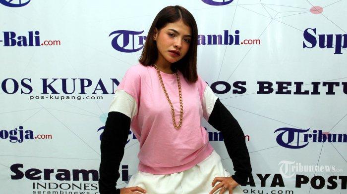 Penyanyi Sara Fajira difoto saat berkunjung ke redaksi Tribunnews, di Palmerah, Jakarta, Jumat (26/6/2020). TRIBUNNEWS/DANY PERMANA