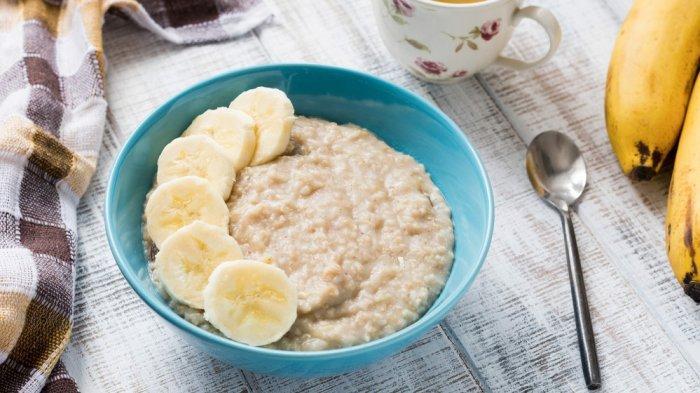 Agar lebih bervitamin, tambah irisan buah ke dalam semangkuk oatmeal kamu.